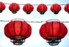 垂悬,与在他们后的白色天空的中国灯笼 库存照片