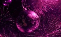 垂悬从一个装饰的圣诞树或抽象新年球的红色中看不中用的物品特写镜头与光滑的表面,红色褐红的桃红色vi 免版税库存图片
