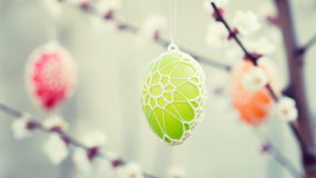 垂悬从一棵开花的苹果树的复活节彩蛋 免版税图库摄影