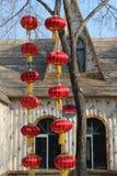 垂悬从一棵树的红色中国灯笼在冬天 免版税库存图片