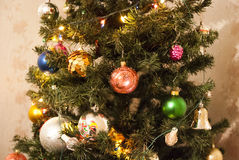 垂悬从一棵装饰的圣诞树的中看不中用的物品特写镜头 免版税库存照片