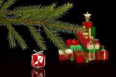 垂悬从分支的红色圣诞节装饰的综合图象 免版税库存照片