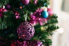 垂悬从圣诞树的中看不中用的物品特写镜头 免版税库存图片