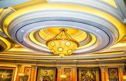 垂悬从大厅天花板的枝形吊灯 库存照片