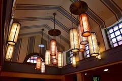 垂悬从天花板的五颜六色的光 免版税库存照片