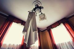 垂悬从天花板的婚礼礼服 库存照片