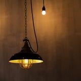 垂悬从天花板的电葡萄酒灯 免版税库存图片