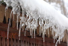 垂悬从屋顶的冰柱 图库摄影