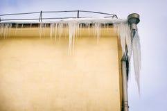 垂悬从屋顶的大冰柱 免版税库存照片