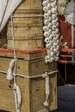 垂悬从无盖货车的大蒜电灯泡 免版税库存照片