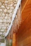 垂悬从木大厦的冰柱 免版税库存图片