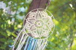 垂悬从树的梦想俘获器 种族设计, boho样式,部族标志 库存照片