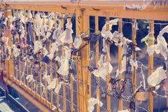 垂悬3的爱锁 库存图片