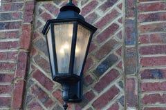 垂悬从砖墙的旧时灯笼 库存图片