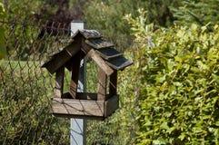 垂悬从老篱芭的鸟饲养者 免版税库存图片