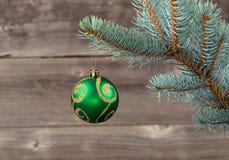 垂悬从蓝色云杉的分支的唯一圣诞节装饰品 免版税库存图片