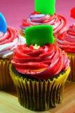 垂直五颜六色的杯形蛋糕 库存照片