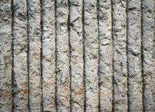 垂直的具沟的混凝土墙 免版税库存图片