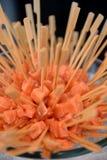 垂直的图片切片红鲑鱼三文鱼的小片断 免版税库存照片