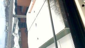 垂直的夹子移动在右边的,顶视图从火车乘驾的冬天风景在Skanstull 股票视频