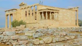 垂直的平底锅射击了有大理石柱和女象柱的古希腊寺庙 股票视频