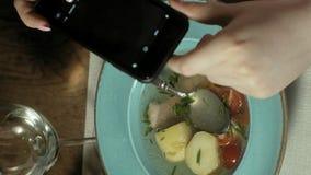 垂直的录影 垂直的录影 妇女在电话的照片食物 摄制食物 股票录像