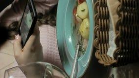 垂直的录影 垂直的录影 妇女在电话的照片食物 摄制食物 影视素材