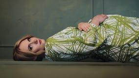 垂直的录影 美丽的孕妇画象看和摆在入照相机的绿色礼服的 慢的行动 股票视频