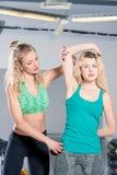 垂直的照片个人教练员帮助一名妇女适当地举行h 库存照片