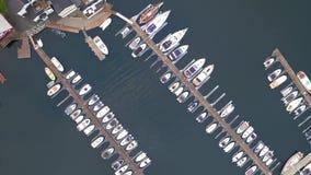 垂直的看法汽艇停泊到木码头在海湾 股票录像