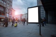 垂直的空白的广告牌在与嘲笑的市中心 布局位于有人的一条拥挤街道 库存照片