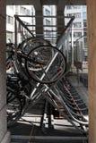 垂直的自行车行李架,金属的建筑节省同水准的空间 免版税库存照片