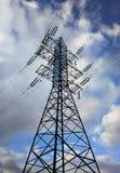 垂直的输电线背景 库存图片