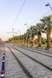 垂直的透视射击了与步行石头的电车轨道线在日落时间在伊兹密尔在土耳其 免版税库存照片