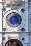 垂直:在占星术时钟的部份太阳在圣马可广场在威尼斯,意大利 库存图片
