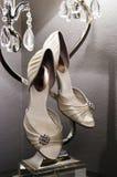 垂直: 有水晶闪亮指示的婚礼鞋子 免版税库存图片