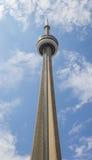 垂直加拿大国家电视塔的低角度稀薄和 免版税库存照片