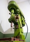 垂直钻床模型2118 1952式样年新切尔卡斯特机械工具植物 免版税库存照片
