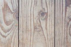 垂直找出木纹理,没有另外处理的老自然板,木头被损坏 库存照片