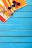 垂直热带海滩背景的太阳镜 免版税图库摄影