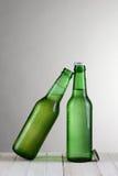 垂直特写镜头绿色的啤酒瓶 免版税图库摄影