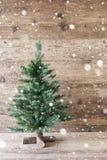 垂直的圣诞树,年迈的木背景,雪花,破旧的别致 免版税库存图片