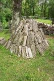 垂直的堆木柴 库存照片