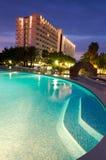 垂直的晚上视图的热带旅馆 免版税库存照片