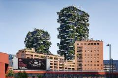 垂直的木头的住宅塔在米兰 库存图片