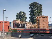 垂直的木头的住宅塔在米兰 免版税库存照片