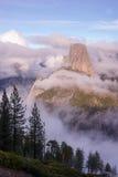 垂直的构成半圆顶内华达山山优胜美地 库存图片