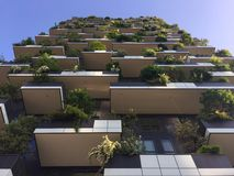 垂直的森林,米兰,波尔塔Nuova摩天大楼住所,意大利, 2016年4月15日 免版税库存图片
