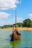 垂直的照片北欧海盗小船 库存照片