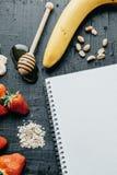 垂直的照片 烹调的健康早餐成份:noteb 库存图片